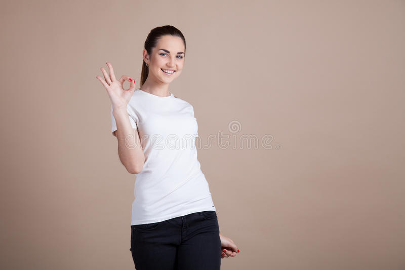 A menina mostra duas e quatro mãos foto de stock