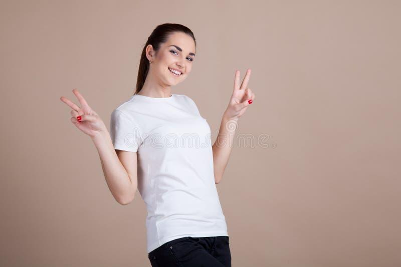 A menina mostra duas e quatro mãos imagens de stock