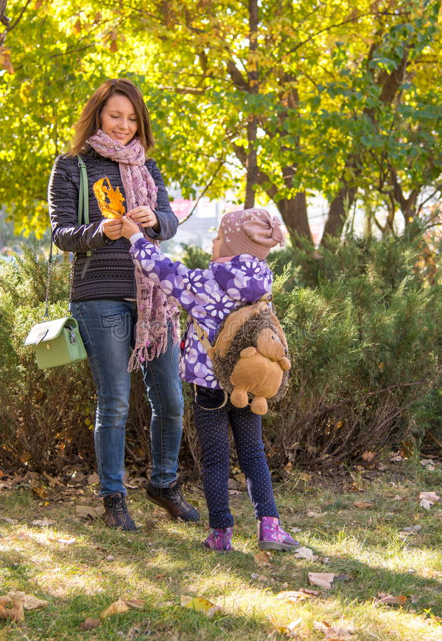 A menina mostra suas folhas da mãe fotos de stock royalty free