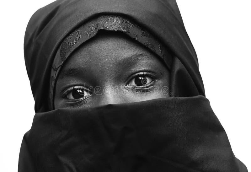 Menina muçulmana árabe africana preto e branco da escola com olhos grandes imagem de stock royalty free