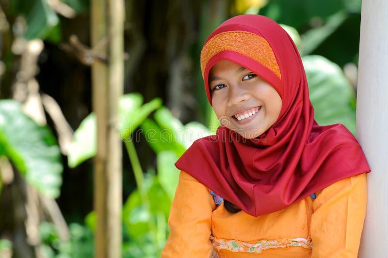 Menina muçulmana alegre fotos de stock