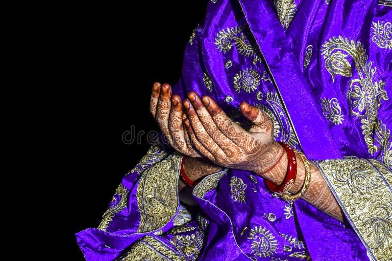 Menina muçulmana asiática que reza para o deus muçulmano de Allah, roupa tradicional vestindo no fundo preto isolado fotografia de stock