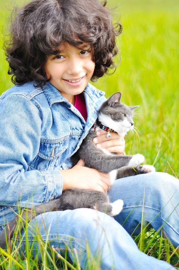 Menina muito bonito com o gato no prado imagens de stock royalty free