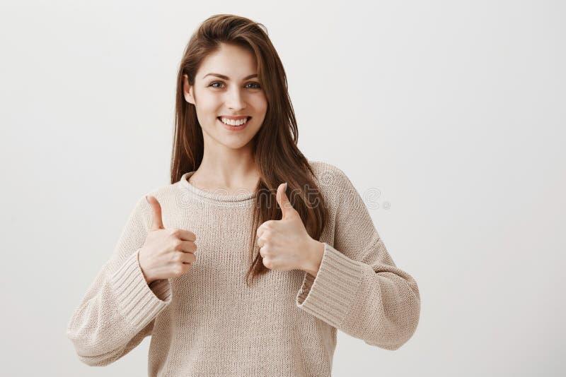 A menina não tem nenhuma dúvida em seu sucesso Retrato da amiga caucasiano bonita amigável que sorri alegremente e fotografia de stock