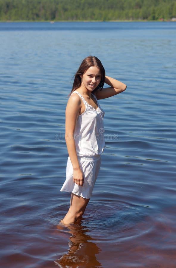 Menina na água do lago de madeira fotos de stock royalty free