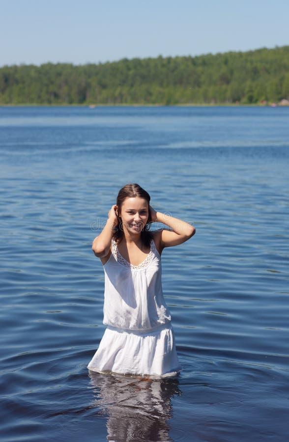 Menina na água do lago de madeira imagem de stock