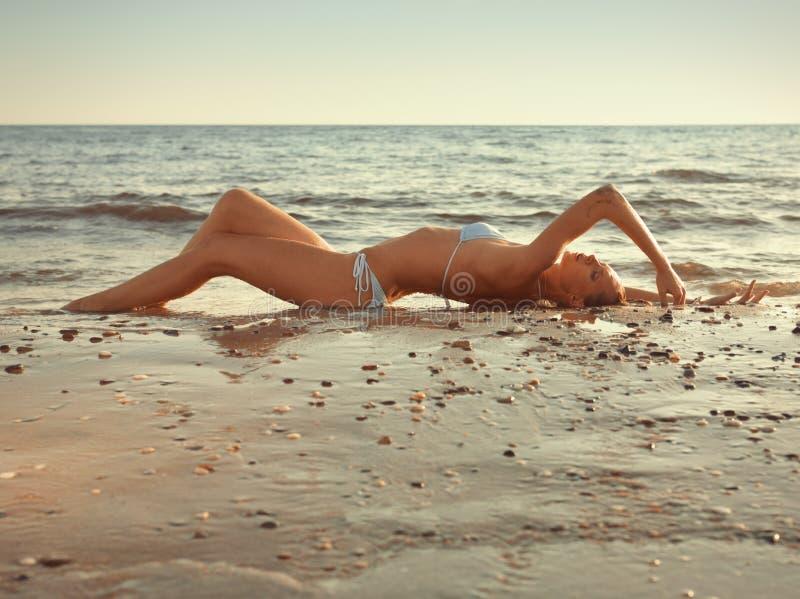 A menina na areia foto de stock royalty free