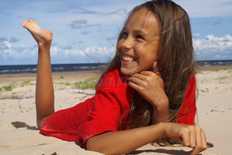 Menina na areia do mar fotos de stock royalty free