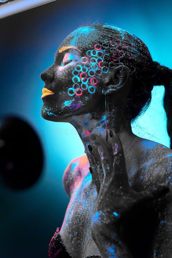 Menina na arte corporal de néon fotografia de stock