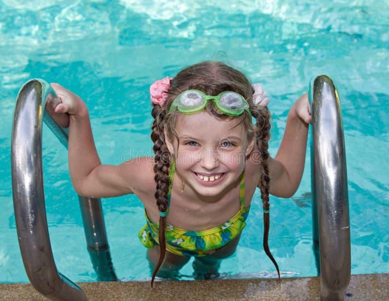 Menina na associação das folhas dos óculos de proteção. imagens de stock royalty free