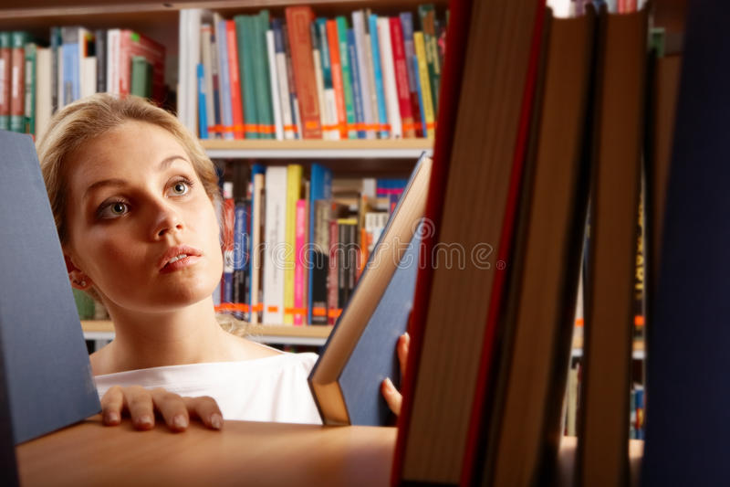 Menina na biblioteca fotos de stock
