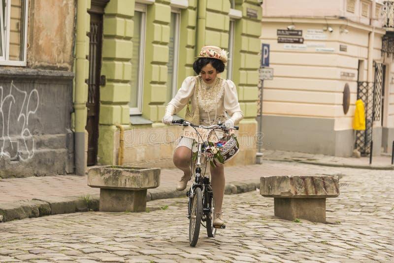 A menina na bicicleta imagem de stock royalty free