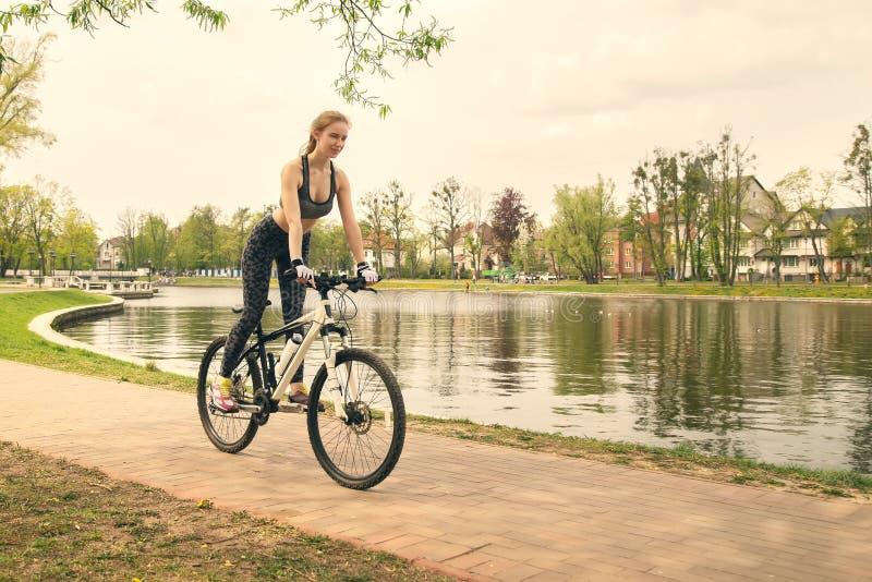 Menina na bicicleta foto de stock royalty free