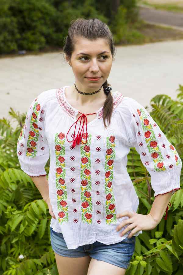 Menina na blusa romena tradicional fotos de stock