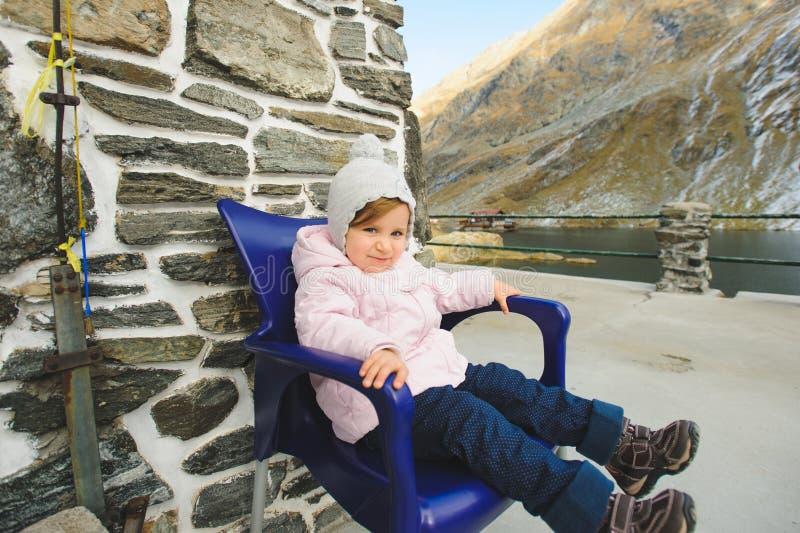 Menina na cadeira azul imagem de stock royalty free