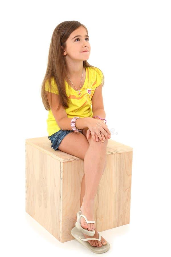 Menina na caixa de madeira fotos de stock royalty free