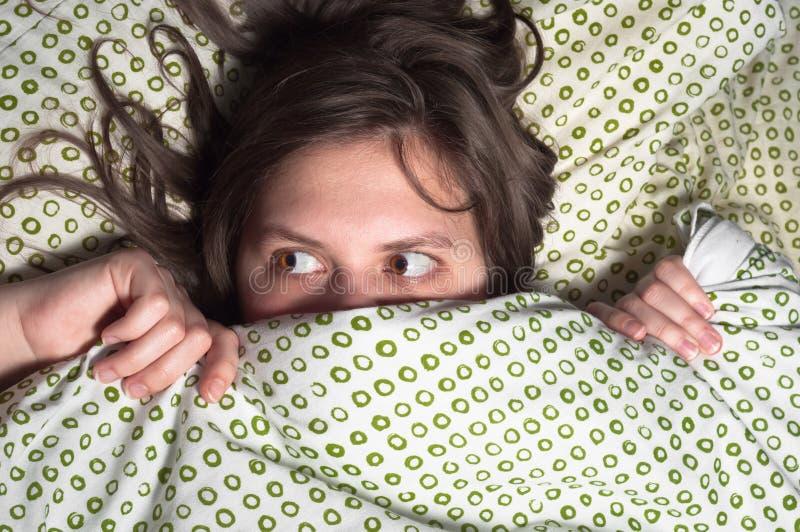 Menina na cama fotografia de stock royalty free