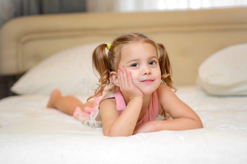 Menina na cama em casa foto de stock royalty free