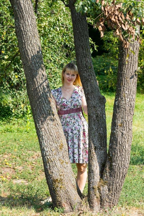 Menina na caminhada fotos de stock royalty free
