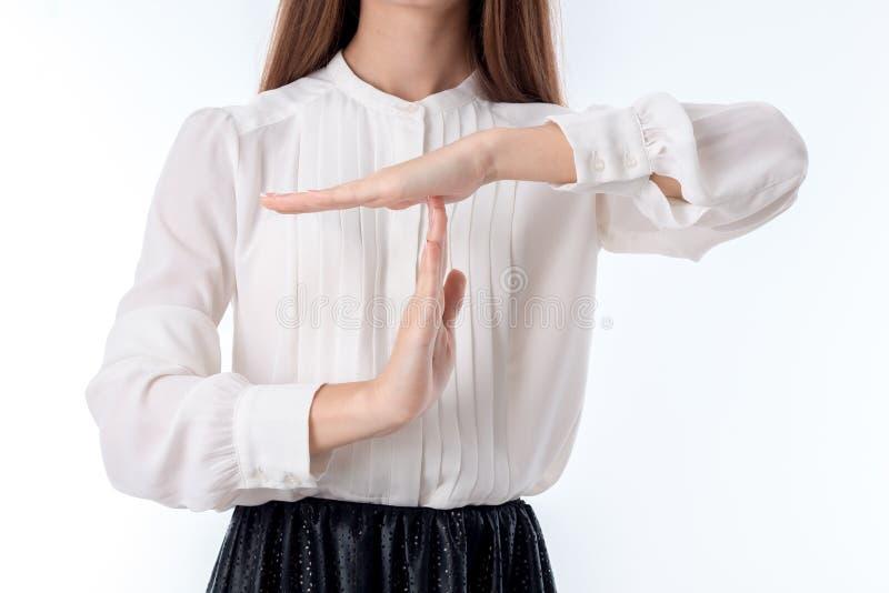 A menina na camisa branca pôs sua mão sobre um outro close-up imagem de stock