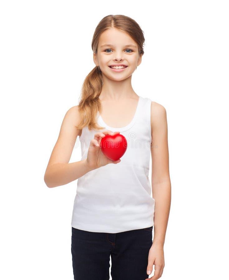 Menina na camisa branca vazia com coração vermelho pequeno fotografia de stock royalty free