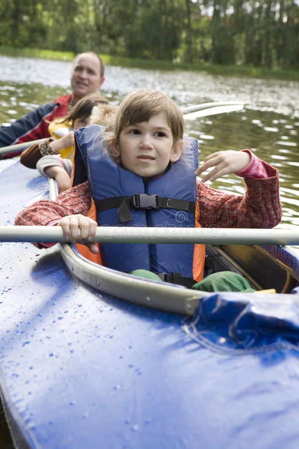 Menina na canoa. Tempo de verão imagens de stock