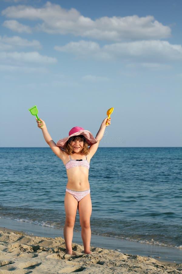 Menina na cena do verão da praia imagem de stock