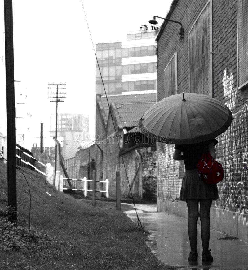 Menina na chuva fotografia de stock