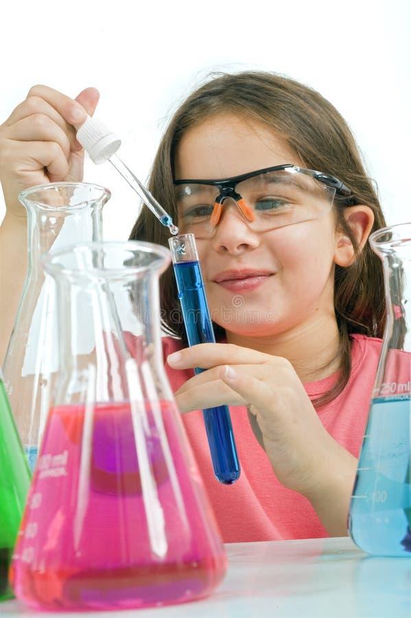 Menina na classe da ciência fotos de stock royalty free