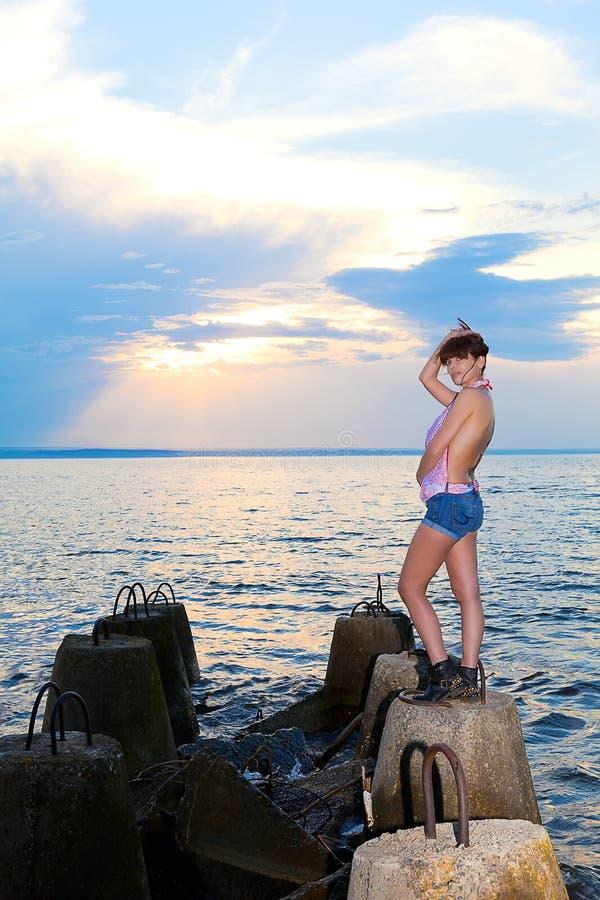 Menina na costa do golfo com estruturas concretas fotos de stock