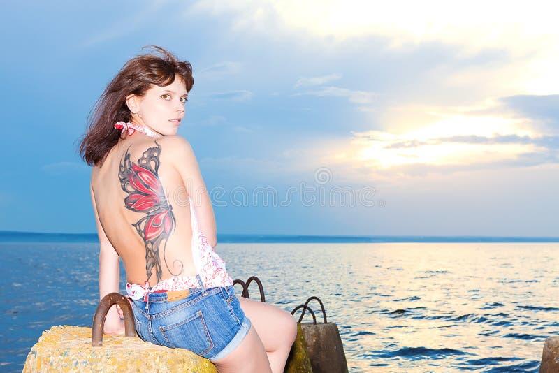 Menina na costa do golfo com estruturas concretas fotografia de stock royalty free