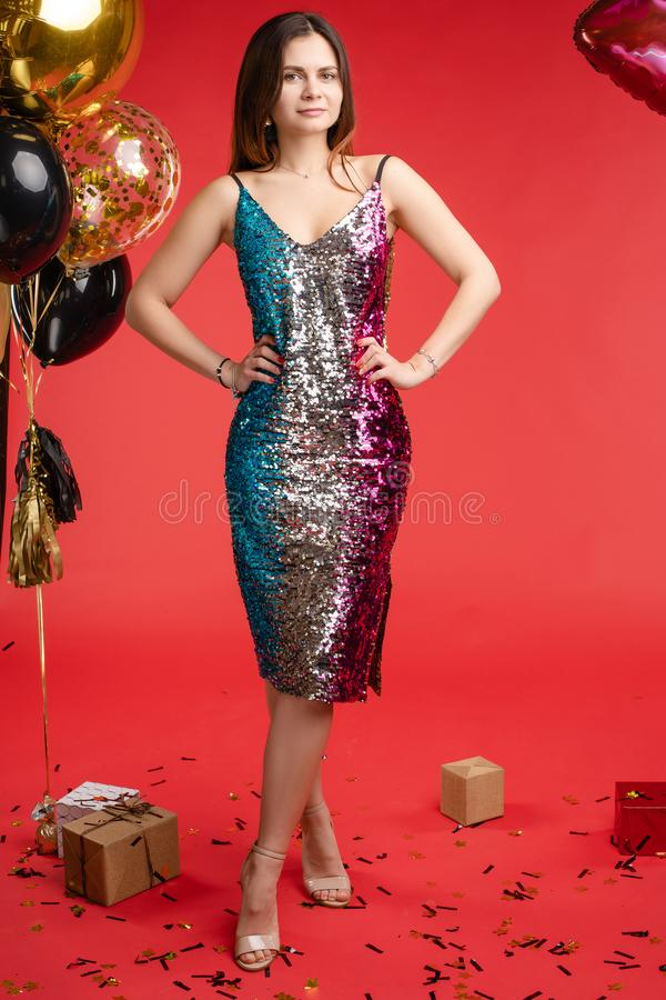 Menina na dança brilhante do vestido e riso perto dos ballons foto de stock