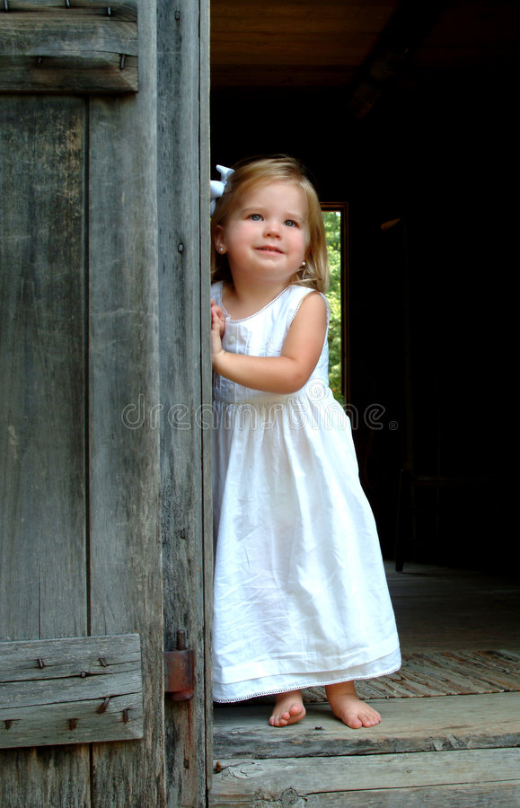 Menina na entrada da cabine fotografia de stock royalty free