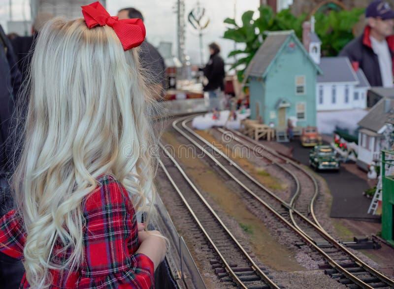 Menina na exibição do trem do feriado fotos de stock
