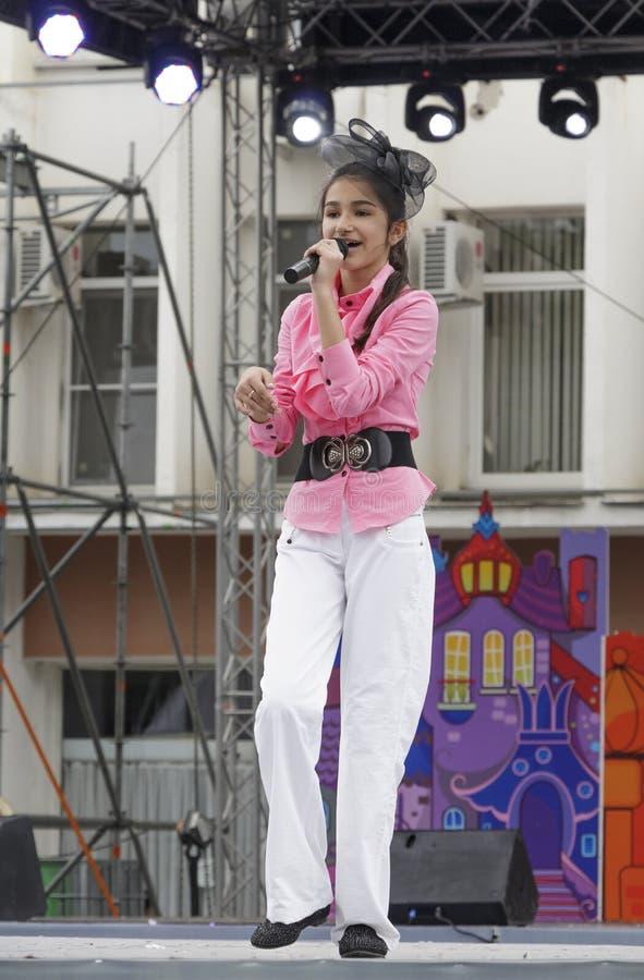 Menina na fase que canta uma música imagem de stock royalty free
