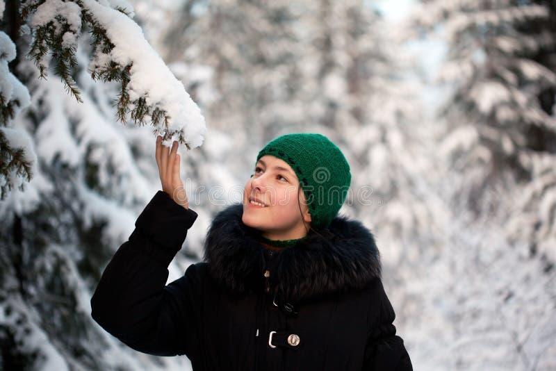 Menina na floresta do inverno imagem de stock royalty free