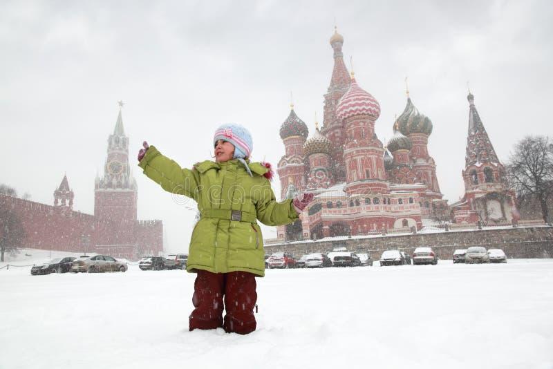 Menina na frente da catedral da manjericão do St. foto de stock