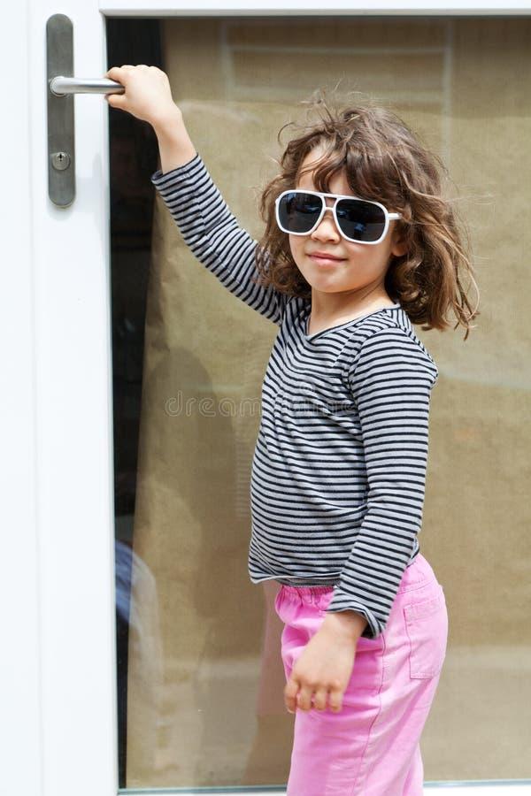 Menina na frente da porta fotografia de stock