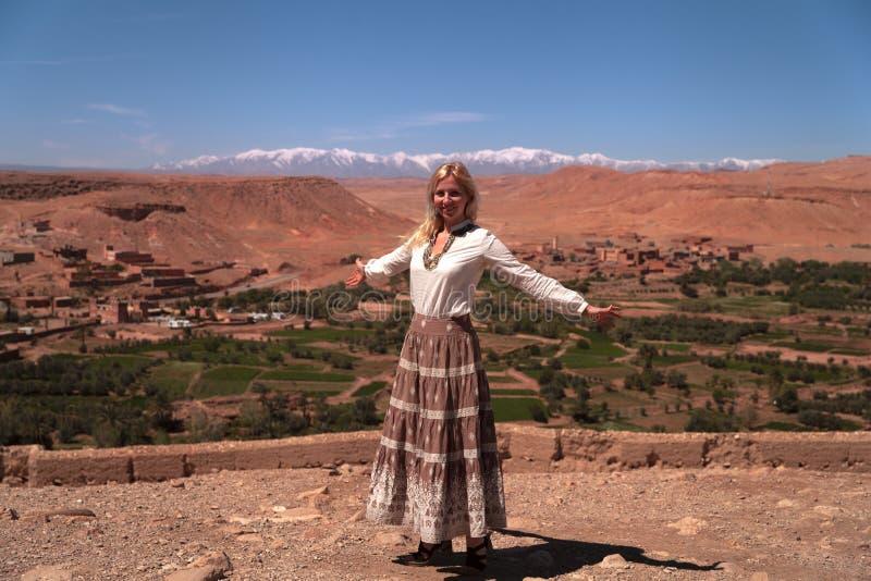 Menina na frente da vista panorâmica das montanhas de atlas altas fotografia de stock royalty free