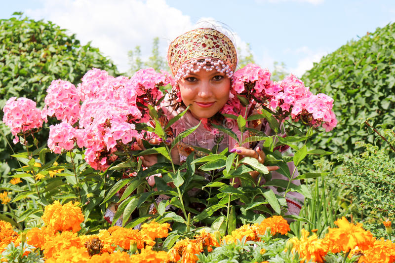 Menina na grinalda das flores e na roupa tradicional imagem de stock