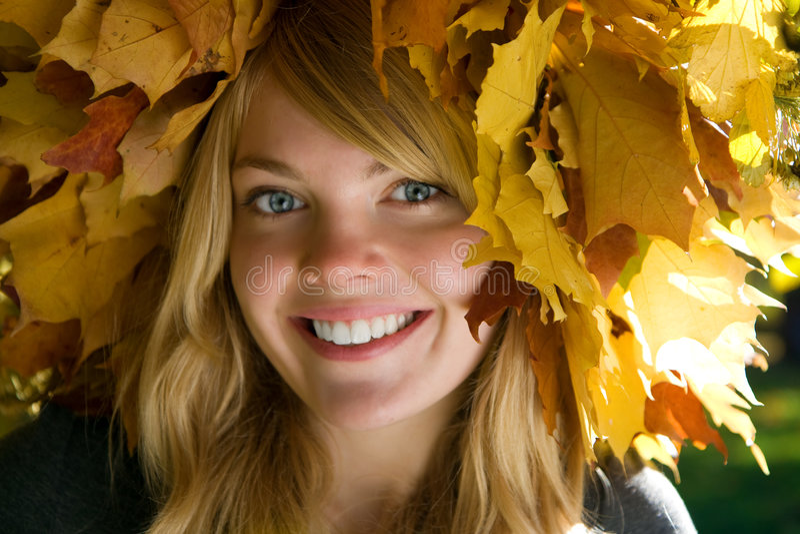 Menina na grinalda das folhas fotografia de stock