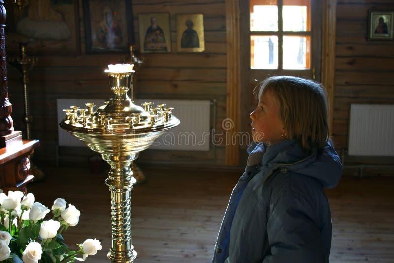 Menina na igreja foto de stock royalty free