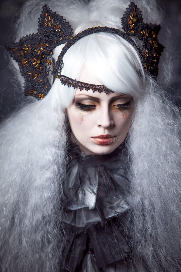 Menina na imagem da bruxa com um branco da luxúria fotografia de stock royalty free