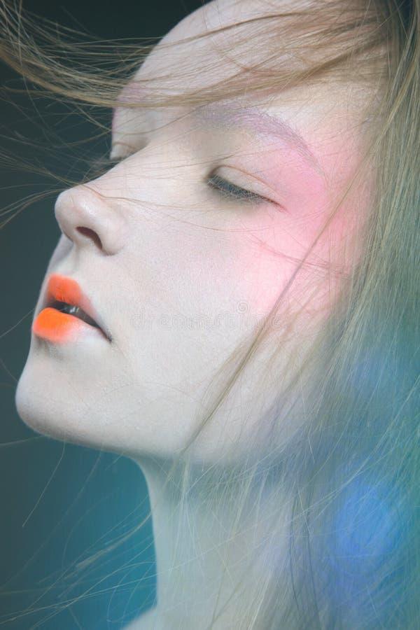Menina na imagem de uma gueixa foto de stock