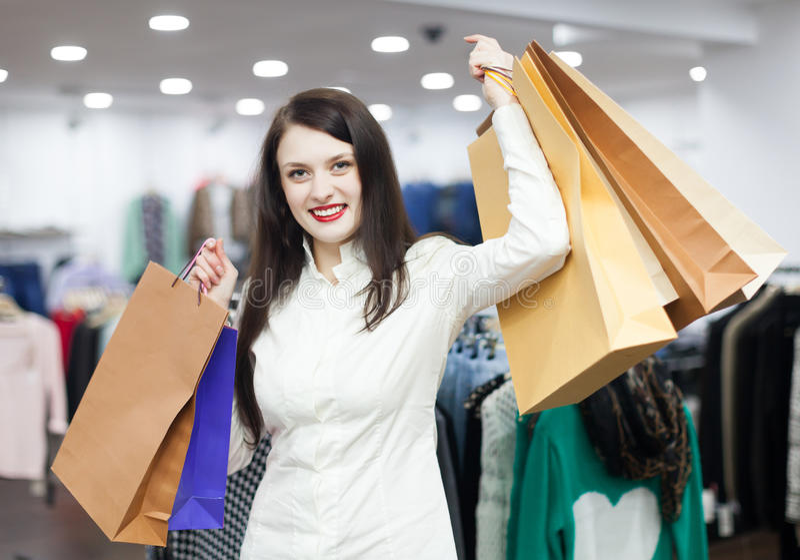 Menina na loja de roupa foto de stock