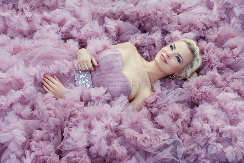 Menina na luz - vestido cor-de-rosa fotografia de stock