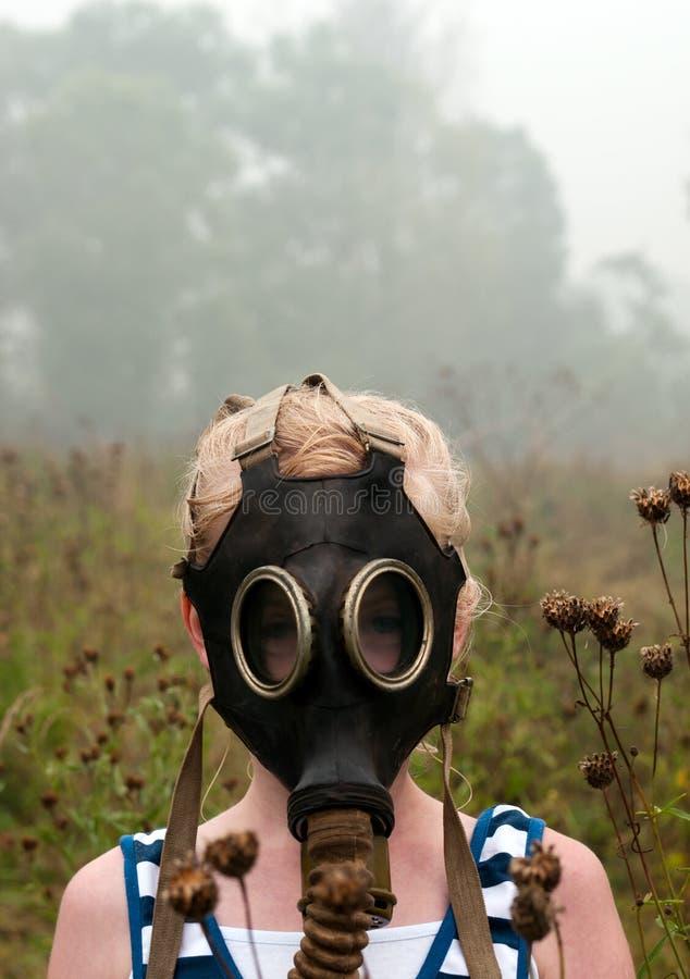Menina na máscara de gás imagens de stock