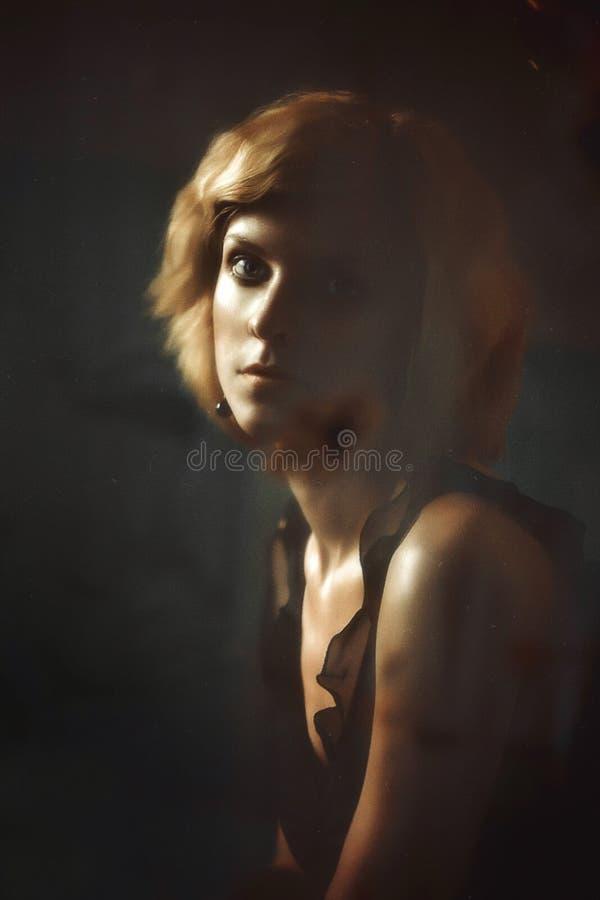 A menina na máscara de triste imagem de stock
