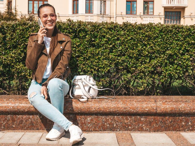 Menina na moda bonita que levanta na rua imagem de stock