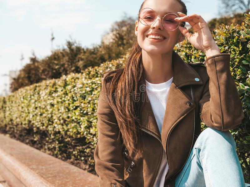 Menina na moda bonita que levanta na rua imagem de stock royalty free